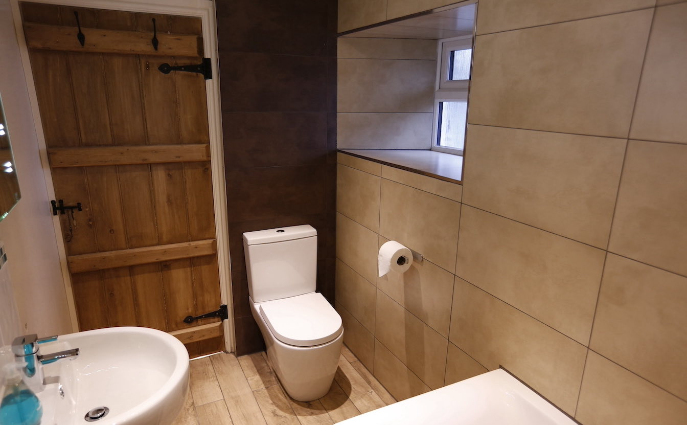 12 Dog-friendly holiday cottage - Bathroom with oak door and luxuriously fully tiled-sqz