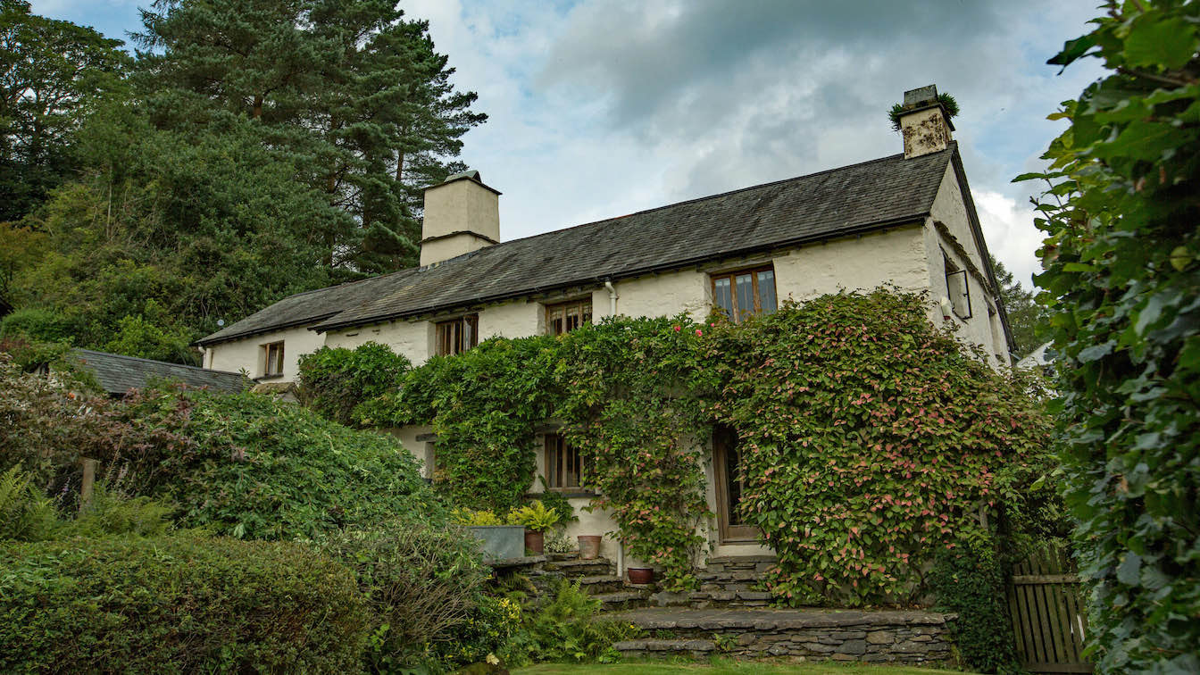 13 Townfoot Farmhouse, Troutbeck - Lake District, Dog-friendly holiday cottage - Exterior summer -sqz