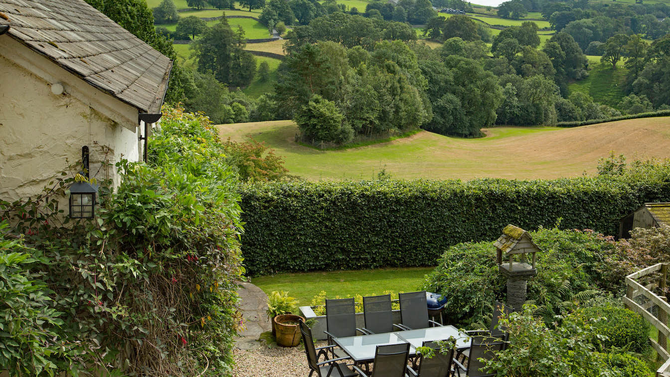 14 Townfoot Farmhouse, Troutbeck - Lake District, Dog-friendly holiday cottage - Exterior with view over Troutbeck valley-sqz