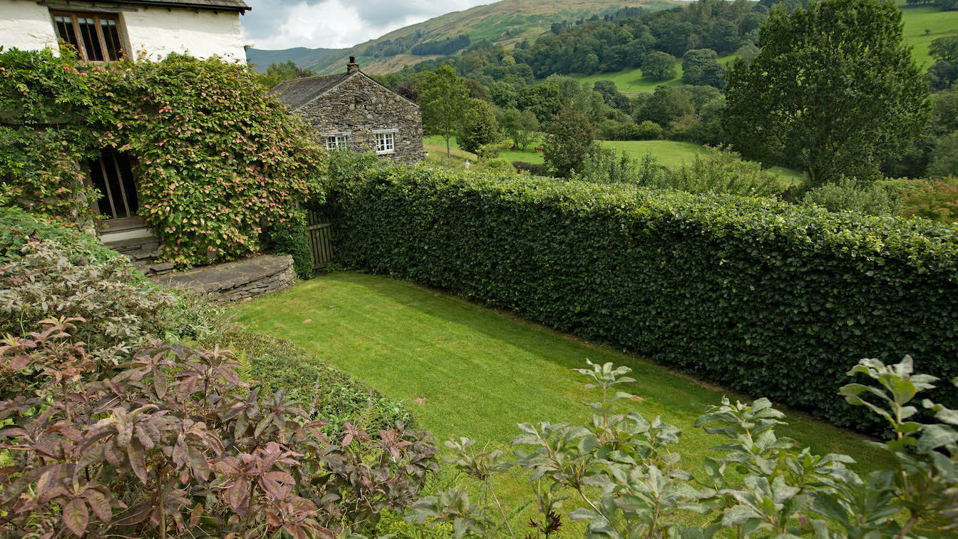 16 Townfoot Farmhouse, Troutbeck - Lake District, Dog-friendly holiday cottage - Dog friendly enclosed garden-sqz