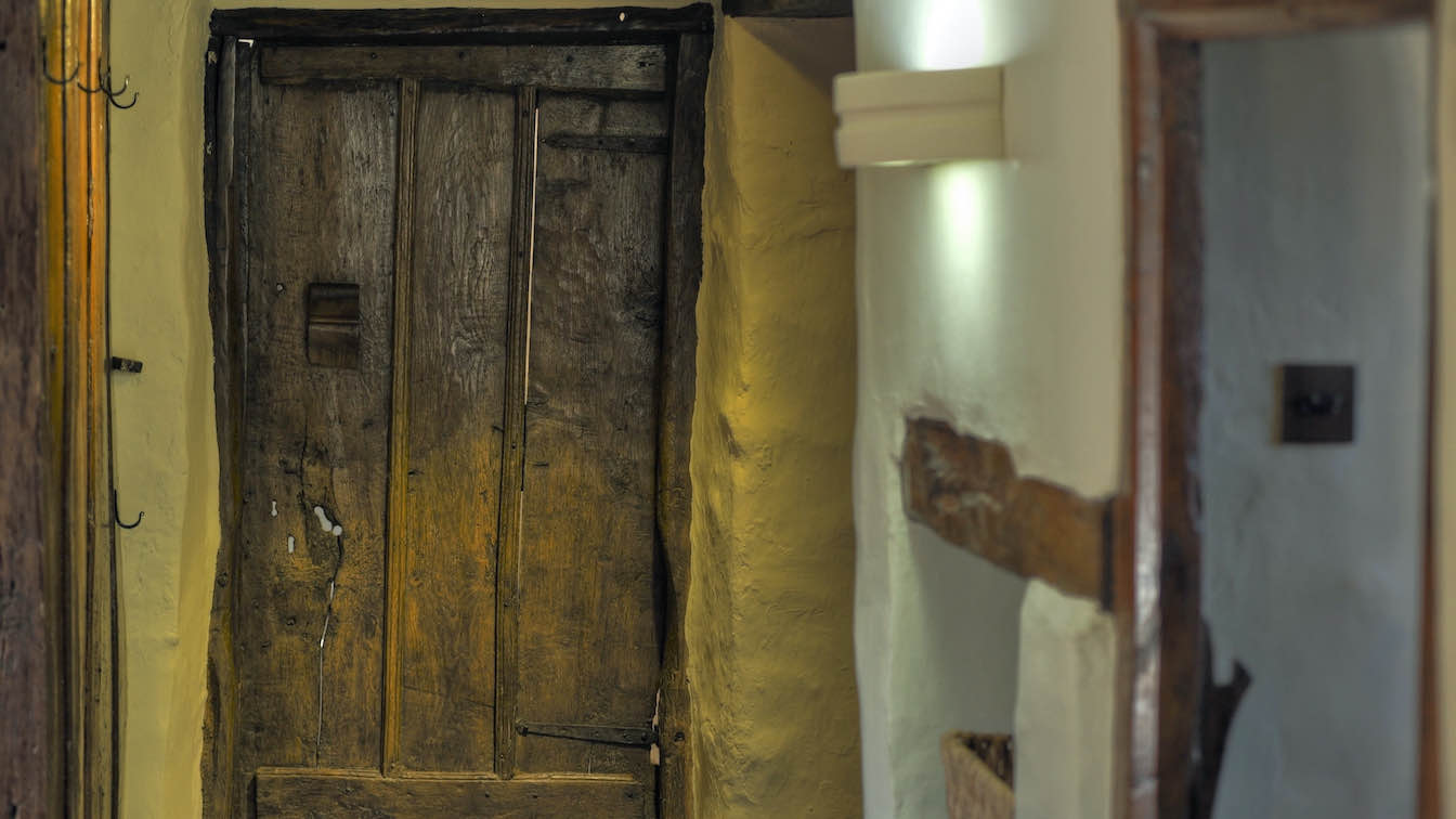 17 Townfoot Farmhouse, Troutbeck - Lake District, Dog-friendly holiday cottage - Traditional oak doorway to kitchen-sqz
