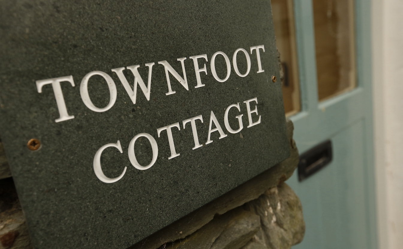 19 Townfoot Cottage, Elterwater - Tesla and EV electric car charge point. Lake District, Dog-friendly holiday cottage - Exterior slate nameplate-sqz