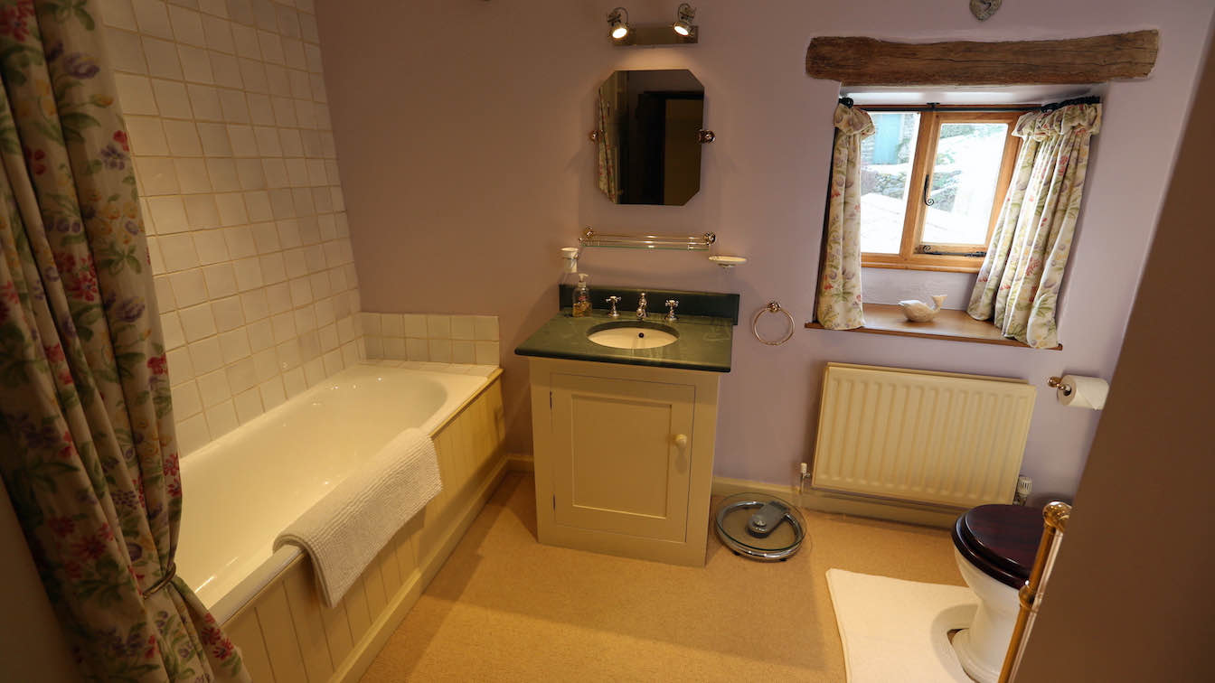 27 Townfoot Farmhouse, Troutbeck - Lake District, Dog-friendly holiday cottage - Bathroom 1 - First floor-sqz