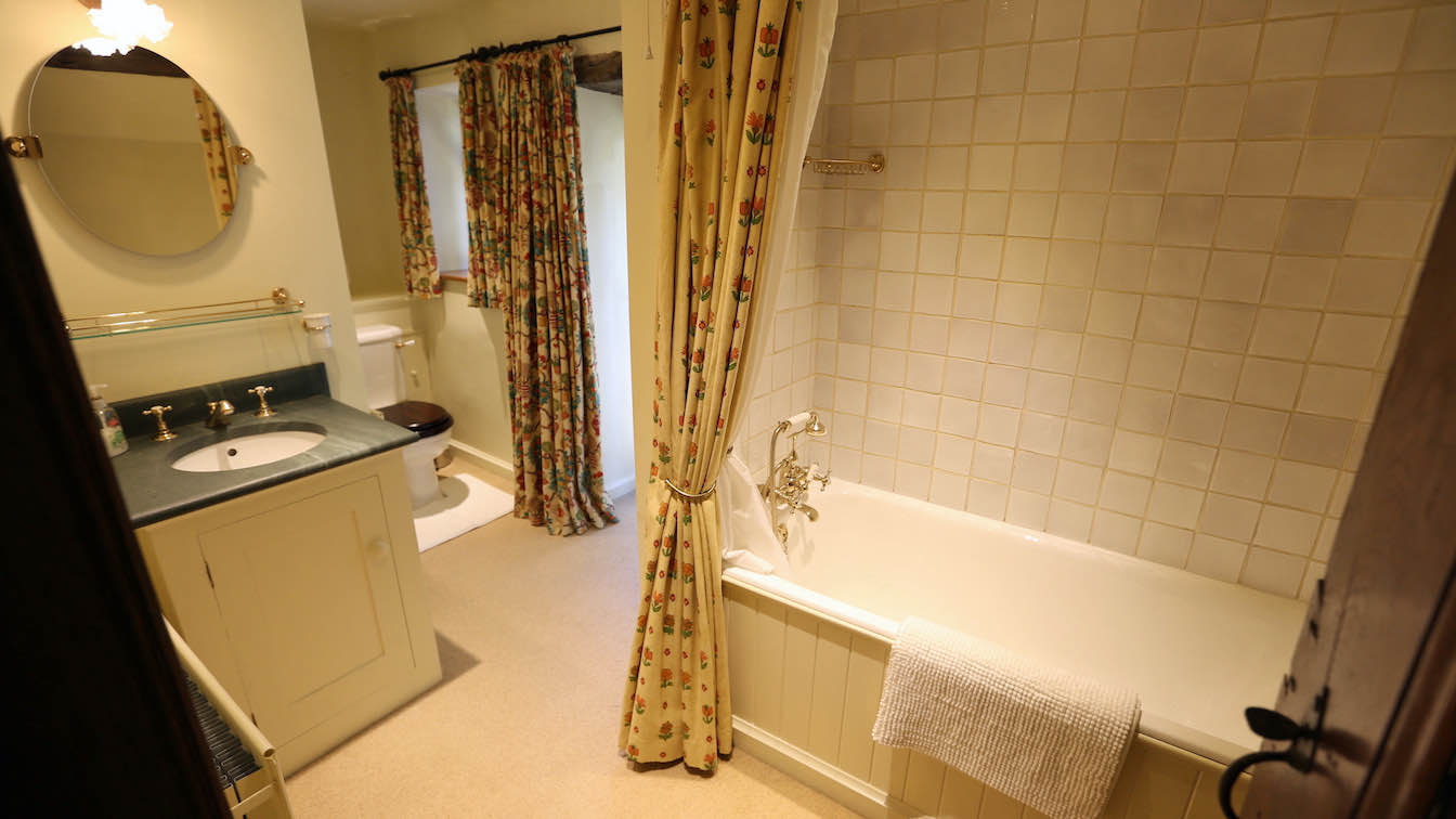 28 Townfoot Farmhouse, Troutbeck - Lake District, Dog-friendly holiday cottage - Bathroom 2- First floor-sqz