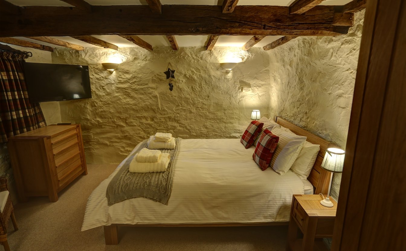 3 Townfoot Byre, Troutbeck - Tesla owners will love the 7kW electric vehicle EV charger. Lake District, BnB holiday cottage - King size luxury comfy bed in traditional farmhouse-sqz