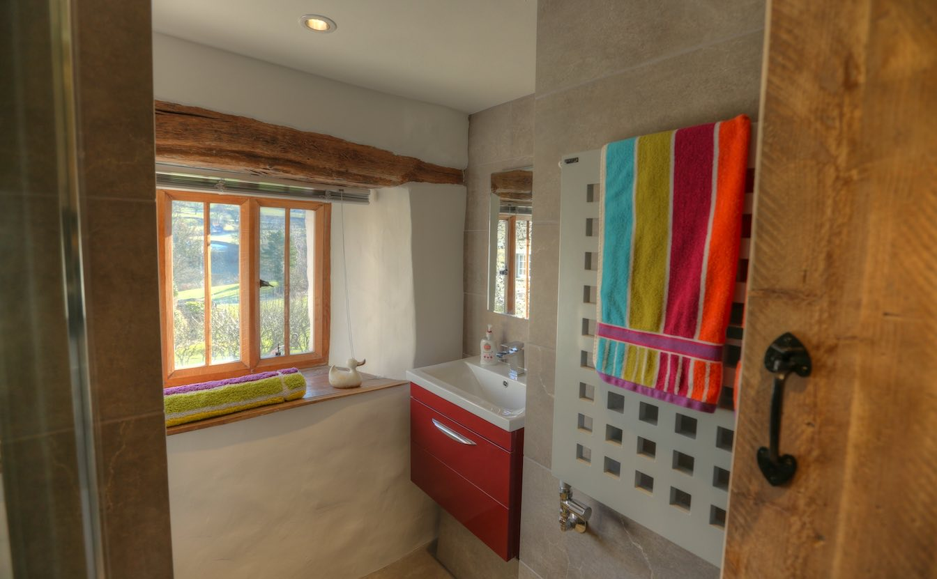 5 Townfoot Byre, Troutbeck. Bed and Breakfast - EV friendly, Electric vehicle 7kW charger. Lake District, BnB holiday cottage - Luxury shower room with amazing views over the valley-sqz