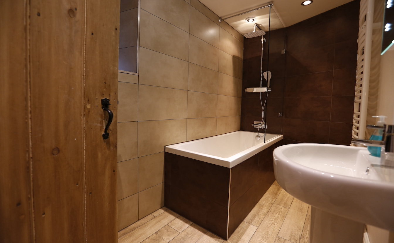 5 Lake District, Dog-friendly vacation rental cottage - Luxury tiled bathroom-sqz