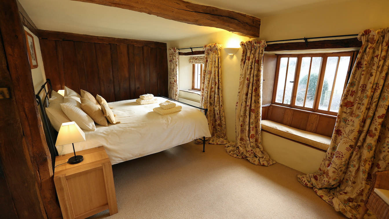7 Townfoot Farmhouse, Troutbeck - Lake District, Dog-friendly holiday cottage - Bedroom 1 windows - First floor-sqz