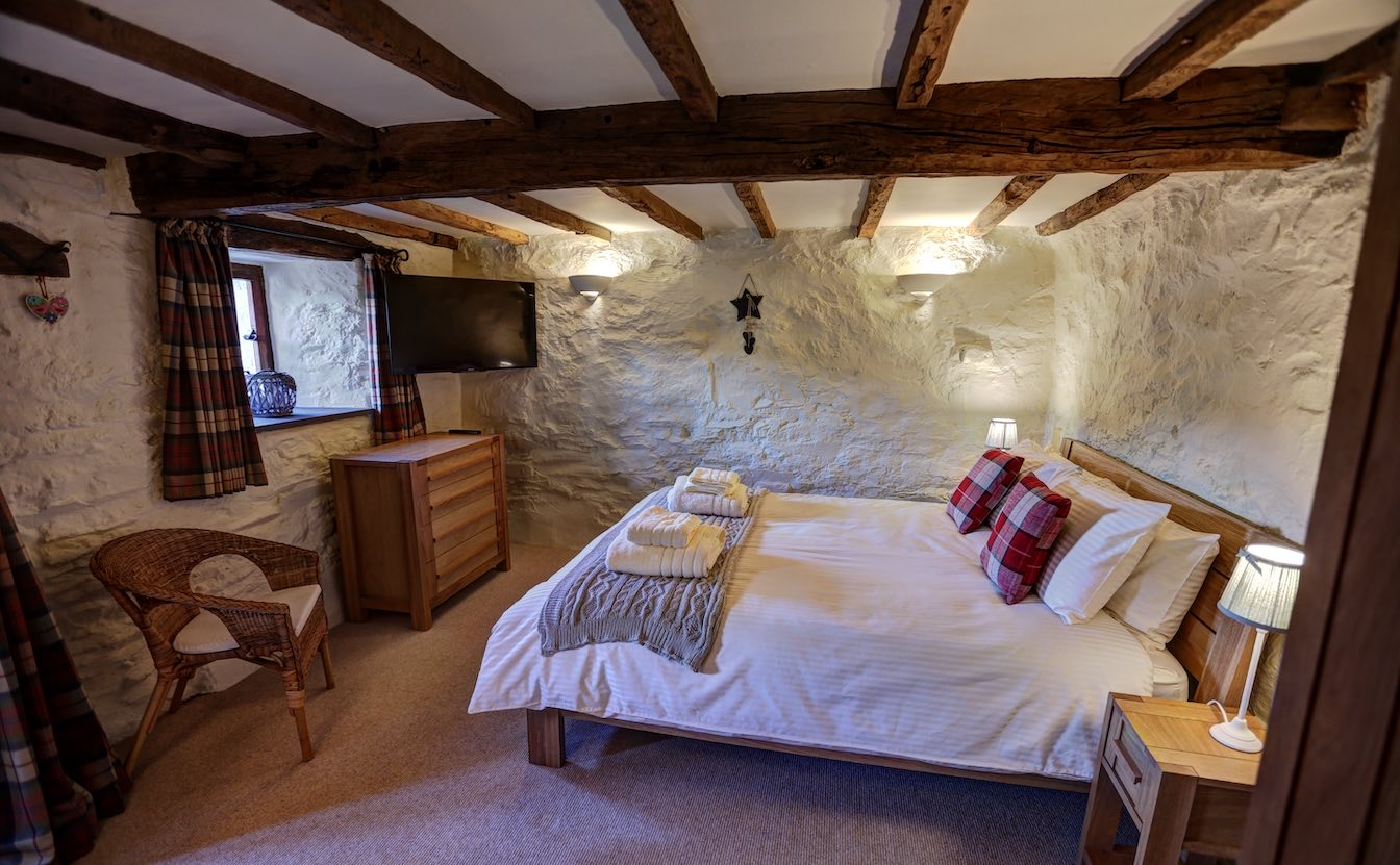 8 Townfoot Byre, Troutbeck - Lake District, BnB holiday cottage - King size bedroom flooded with Lakeland light in traditional Bed and Breakfast farmhouse-sqz